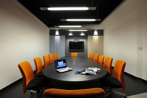 装修观,尽量以简洁为佳,在装饰设计内使用的装饰办公室装潢材料应得到